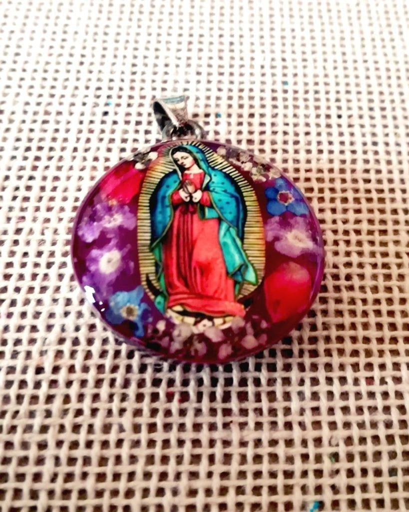 Virgen de guadalupe medalla con flores secas - Virgen of Guadalupe with dried flowers | Valexico Store