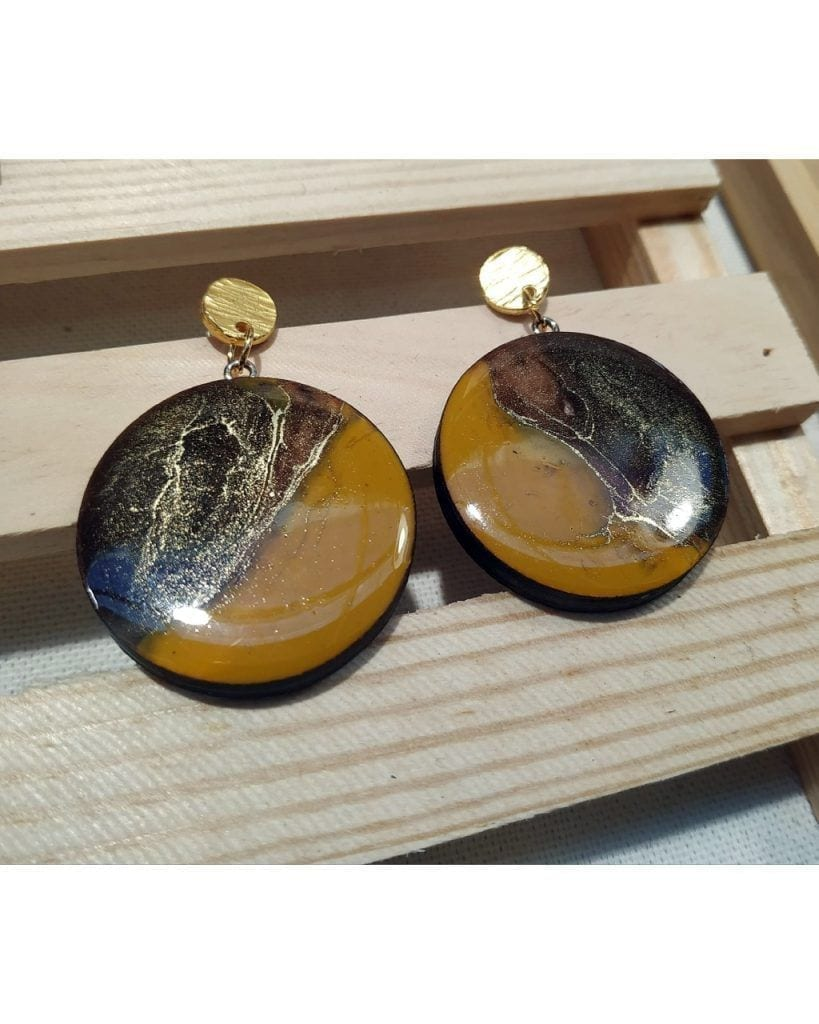 Pendientes redondos de madera y resina cafe y dorado- Round earrings in wood and resin brown and gold